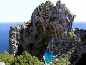 Arco Naturale, Capri, Campania. Autore Kemmsche. Licensed under the Creative Commons Attribution-Share Alike