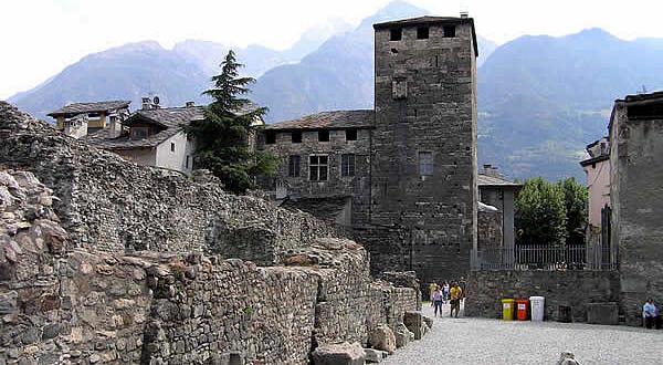 Costruzioni medievali che si affacciano sull'area del teatro romano, Aosta, Val d'Aosta. Autore e Copyright Marco Ramerini
