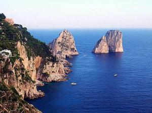 I Faraglioni, Capri, Campania. Autore Elenagm. Licensed under the Creative Commons Attribution-Share Alike