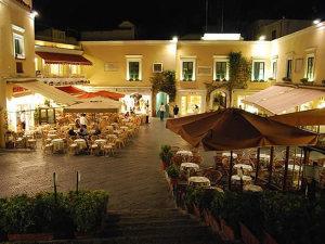 La piazzetta, Capri, Campania. Autore Elenagm. Licensed under the Creative Commons Attribution-Share Alike