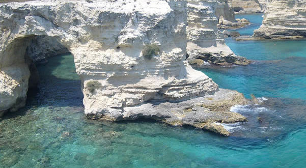 Torre Sant'Andrea, Melendugno, Lecce, Puglia. Autore Freddyballo. Licensed under the Creative Commons Attribution