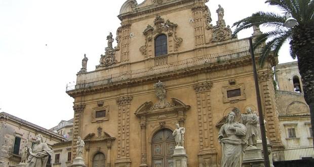 La facciata della chiesa di San Pietro, Mòdica, Sicilia. Autore e Copyright Marco Ramerini