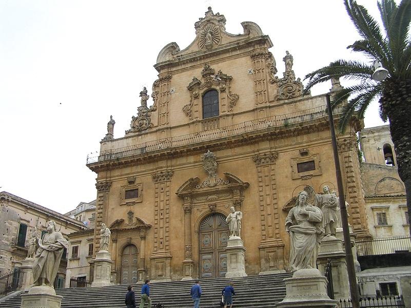 La facciata della chiesa di san pietro m dica sicilia for Palma di san pietro