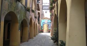 Una via con i tipici porticati e i caratteristici affreschi murali, Dozza, Bologna. Autore e Copyright Marco Ramerini.