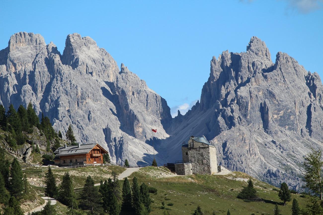 Il Rifugio Vallandro e il Forte Austriaco, Prato Piazza - Plätzwiese, Val Pusteria, Trentino-Alto Adige, Italia. Autore e Copyright Marco Ramerini