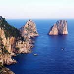 I Faraglioni, Capri, Campania. Autore Elenagm. Licensed under the Creative Commons Attribution-Share Alike