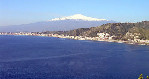 L'Etna imbiancato di neve e la costa verso Giardini Naxos, Sicilia. Autore e Copyright Marco Ramerini