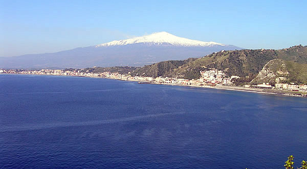 Etna avec de la neige et de la côte de Giardini Naxos, Sicile. Auteur et Copyright Marco Ramerini