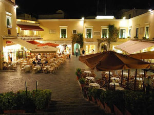 La piazzetta, Capri, Campania. Autore Elenagm. Licensed under the Creative Commons Attribution-Share Alike