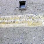 Resti delle scritte fatte durante il regime fascista sulle porte di GlorenzaGlurns, Trentino-Alto Adige. Autore e Copyright Marco Ramerini