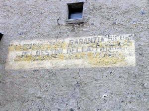 Vestiges de l'écriture faite pendant le régime fasciste sur les portes de Glorenza-Glurns, Trentin-Haut-Adige. Auteur et Copyright Marco Ramerini