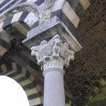 Particolare del portico, Basilica della Santissima Trinità di Saccargia, Codrongianus, Sardegna. Autore e Copyright Marco Ramerini