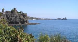 Il castello di Aci Castello e sullo sfondo le isole dei Ciclopi, Aci Castello, Sicilia. Autore e Copyright Marco Ramerini