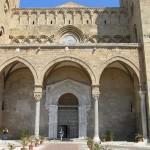 Il portico e il portale della Cattedrale, Cefalù, Sicilia, Italia. Autore e Copyright Marco Ramerini