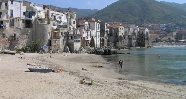 La spiaggia e il quartiere antico di Cefalù, Sicilia, Italia. Autore e Copyright Marco Ramerini