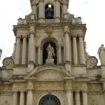 La stupenda facciata barocca della chiesa di San Bartolomeo, Scicli, Sicilia, Italia. Autore e Copyright Marco Ramerini. All'interno di questa chiesa è un presepio in legno di tiglio del 1573