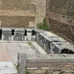 Latrine pubbliche, Ostia Antica, Roma, Lazio. Autore e Copyright Marco Ramerini