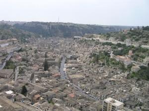 Modica, vue panoramique depuis le Belvedere Pizzo, Sicile. Auteur et Copyright Marco Ramerini