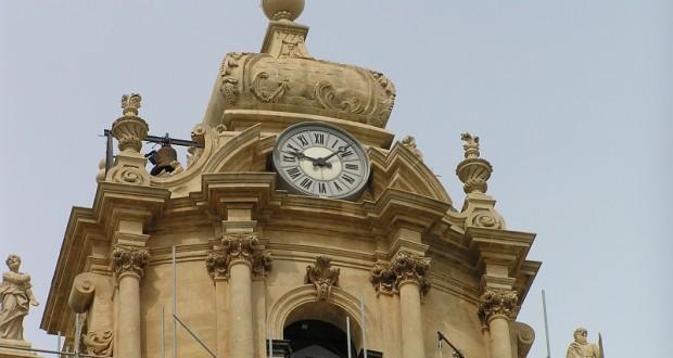 Parte sommitale della facciata del Duomo di San Giorgio (1706-1760), Ragusa, Sicilia. Autore e Copyright Marco Ramerini