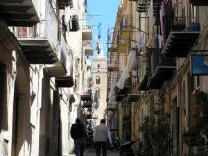 Une ruelle typique, Cefalù, Sicilie, Italie. Auteur et Copyright Marco Ramerini
