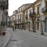 Via Mormino Penna, strada dichiarata dall'UNESCO patrimonio mondiale dell'umanità, Scicli, Sicilia, Italia. Autore e Copyright Marco Ramerini