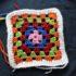 21- Conclusione mattonella Granny Square, Lavoro a uncinetto. Autore e Copyright Laura Ramerini