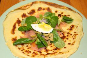 Preparazione. Crepes al salmone affumicato con insalata. Autore e Copyright Marco e Laura Ramerini