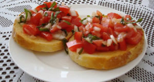 Bruschetta con Pomodoro e basilico. Autore Michael Spencer. Licensed under the Creative Commons Attribution