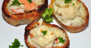 Crostini di granchio con Salsa Mornay. Author Jeffreyw. Licensed under the Creative Commons Attribution