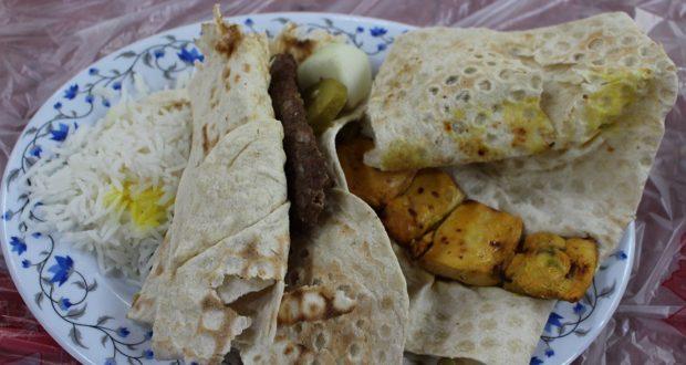 Kabab di agnello e pollo con pane e riso. Autore e Copyright Marco Ramerini