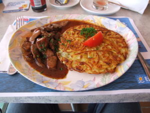 Leberli con Rösti (cucina svizzera). Autore Claus Ableiter. Licensed under the Creative Commons Attribution