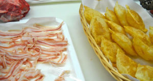 Pancetta con Gnocco Fritto. Autore kwistent. Licensed under the Creative Commons Attribution