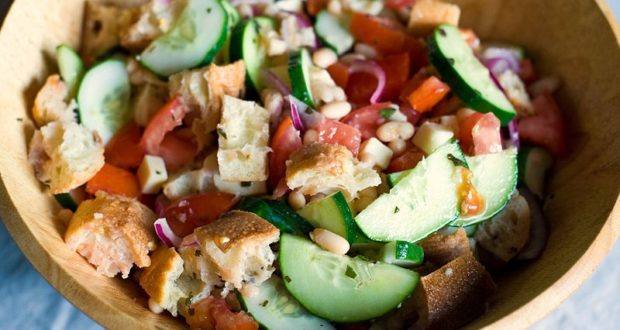 Panzanella. Autore Heather Katsoulis. Licensed under the Creative Commons Attribution-Share Alike