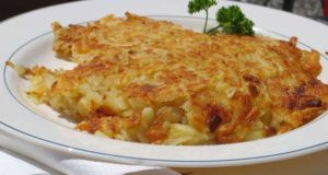 Rösti (cucina svizzera). Autore Mussklprozz. Licensed under the Creative Commons Attribution