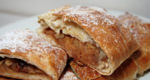 Strudel di mele. Autore che. Licensed under the Creative Commons Attribution