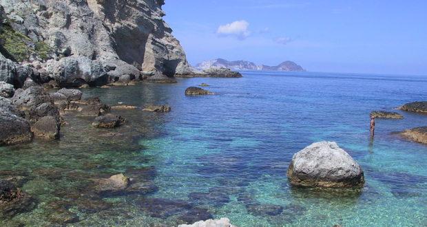 Cala Fonte, Ponza, Isole Pontine, Italia. Autore Bouncey2k. No Copyright